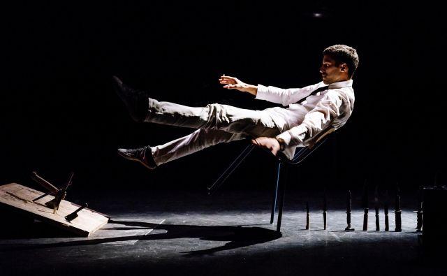 Oder, na katerem nastopa umetnik Marc Oosterhoff, je poln ostrih nožev in mišelovk, on pa na njem pije viski, kadi in lovi ravnotežje. Naslov predstave je <em>Poskrbi zase</em>. FOTO: arhiv Mladih levov