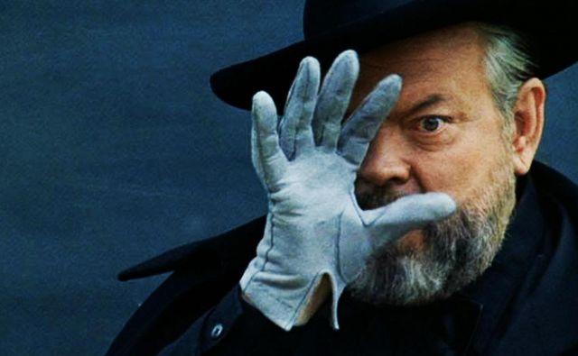 Prizor iz zadnjega filma Orsona Wellesa <em>Resnice in laži</em>, ki je nastal leta 1973 in v katerem je tudi igral. Zgodba govori o karieri profesionalnega ponarejevalca umetnin. Foto promocijsko gradivo