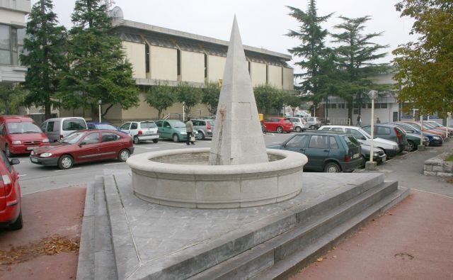 Vodnjak v spomin, ko je 15. decembra 1984 v Sežano pritekla voda iz brestoviškega vodovoda.<br /> Foto Dušan Grča