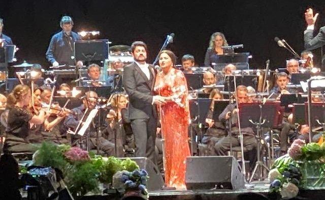 Koncert, ki se je začel z dvajsetiminutno zamudo, je slavni operni duet končal z dodatkom, v katerem je ponovno izvedel skladbo <em>Non ti scordar di me</em> Ernesta De Curtisa. Ne pozabite na nas, občinstvo, je bilo njuno sporočilo. Foto Tanja Jaklič