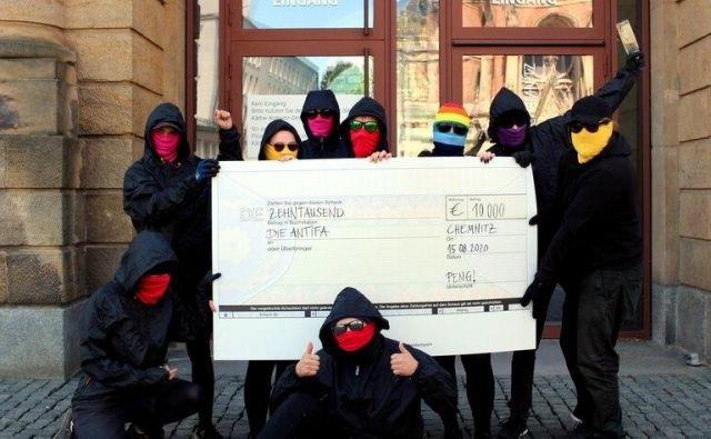 Takole so člani kolektiva Peng! pozirali s čekom za 10.000 evrov, kar je povzročilo polemike o davkoplačevalskem financiranju antife. Foto kolektiv Peng!