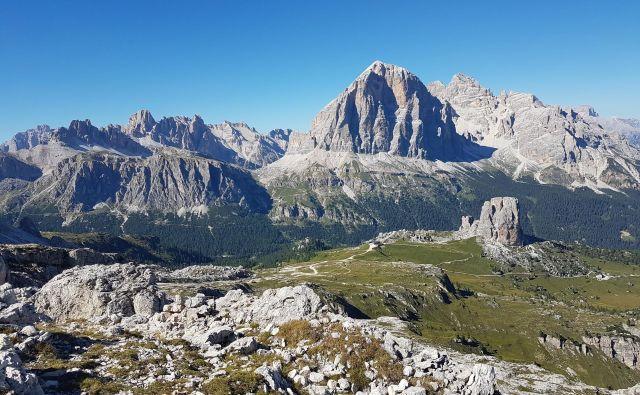 Nad prelazom Falzarego je čudovit razgled na Lagazuoi, Tofano in Cinque Torri. FOTO: Špela Javornik/Delo