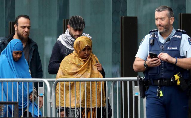 Preživeli in svojci žrtev pokola pred sodiščem v Christchurchu. Foto: Sanka Vidanagama/AFP
