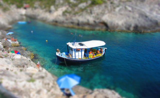 Grčija, na fotografiji prizor z Zakintosa, je ena ključnih nadomestnih počitniških destinacij v posezoni. Foto Blaž Samec