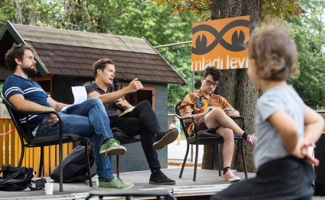 <em>Debatna kafana</em> festivala <em>Mladi levi: </em>pogovor z Muanisom Sinanovićem in Milošem Koscem, moderator Grega Ulen. Foto Nada Žgank