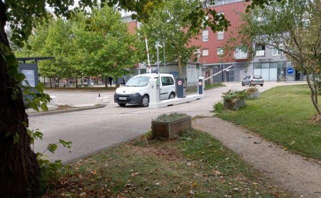 Parkirišče na Trgu komandanta Staneta bo do prihodnjega torka očitno samevalo. FOTO: Aleš Stergar/Delo