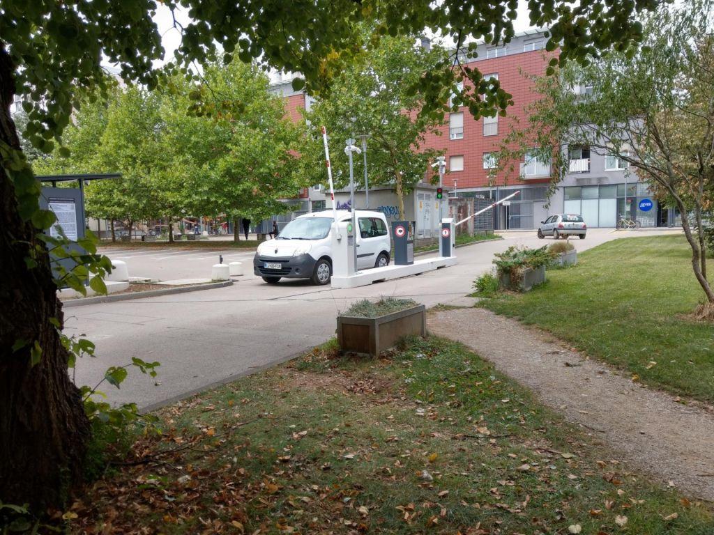 Spuščene zapornice na šišenskem parkirišču
