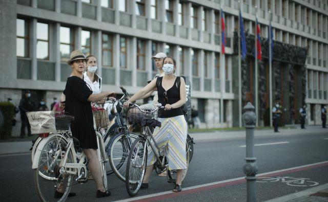Drugače kot v ZDA, kjer brstijo teorije zarote o podtaknjenem kitajskem virusu, v Sloveniji obstaja velik konsenz o tem, da je virus stvarna nevarnost. FOTO: Jure Eržen/Delo