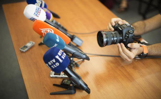 Ko je zaprla vrata novinarskih konferenc, je vlada ne le prisilila novinarje, da vprašanja postavljajo na daljavo, temveč je med epidemijo tudi otežila novinarsko kritiko. FOTO: Jure Eržen/Delo