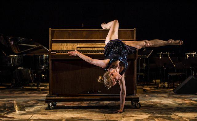 Na festivalu se je predstavila tudi plesalka Leja Jurišić, ki je z glasbenikom Milkom Lazarjem ustvarila predstavo <em>De Facto.</em><em> </em>FOTO: Matija Lukič