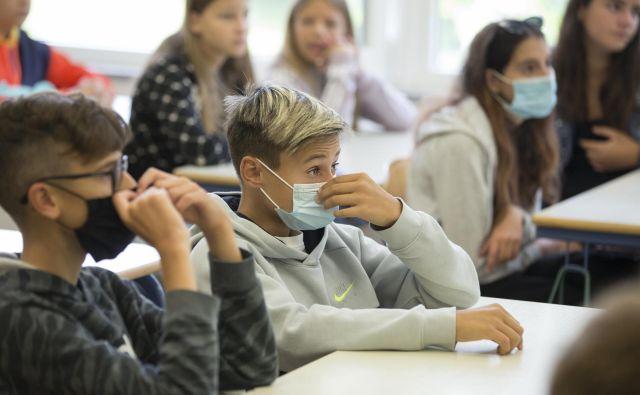 Nekateri učenci nosijo masko tudi med poukom. FOTO: Jure Eržen/Delo