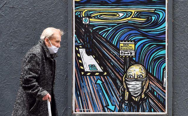 Po dveh mesecih statističnih podatkov in sprejemanja ukrepov se je življenje vrnilo v stare tirnice. Po enem mesecu pogojne svobode pa je pljusnil v nas drugi val pandemije.FOTO: Andy Buchanan/AFP