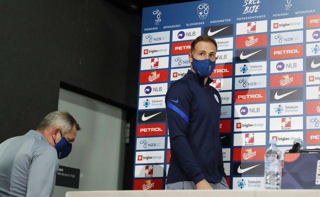 Tudi selektor Matjaž Kek in kapetan Jan Oblak sta med druženjem z novinarji ravnala samozaščitno. FOTO: Leon Vidic