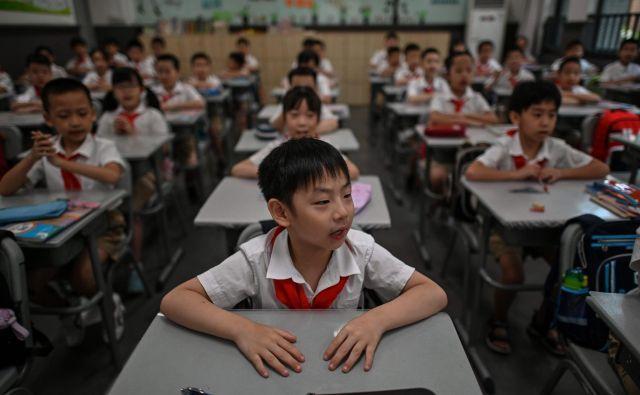 Skoraj 1,4 milijona učencev v več kot 2840 osnovnih in srednjih šolah v Wuhanu je šlo v torek skozi novo šolsko proceduro. Foto: Hector Retamal/Afp