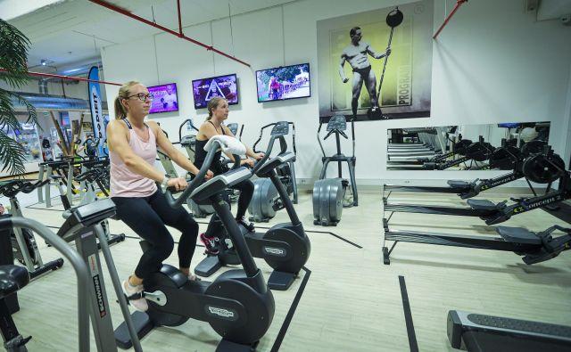 Zadostna razdalja med vadečimi je zagotovljena, trdijo predstavniki fitnesov. FOTO: Jože Suhadolnik/Delo
