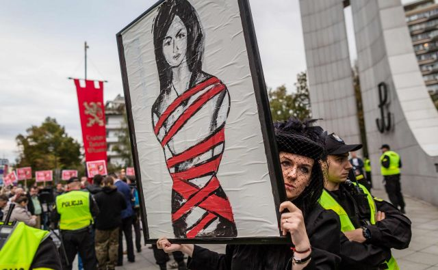 People attend the anti-government, pro-abortion demonstration in front of the Polish Pariament in Warsaw on September 22, 2016. / AFP PHOTO / WOJTEK RADWANSKI Foto Wojtek Radwanski Afp - International News Agency