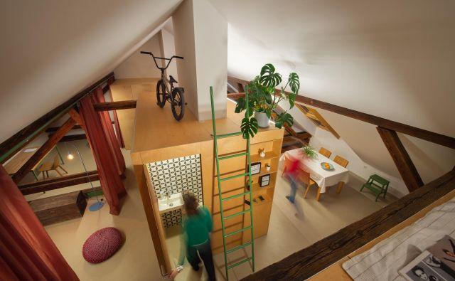 Pri ureditvi podstrešnih stanovanj naj prostor narekuje bivanje, ne pa da mu vsiljujemo klasično razporeditev, poudarjajo Kombinat arhitekti. Foto Janez Marolt