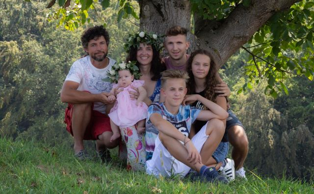 Družina Mak - Bogdan, Petra in otroci - na ekološko-turistični kmetiji v Vodolah pri Mariboru. Fotografija osebni arhiv