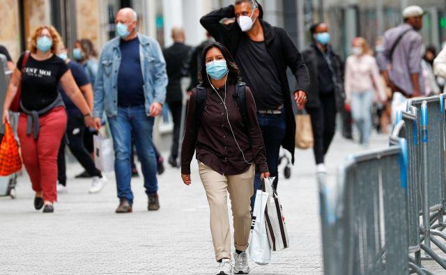 V Belgiji so maske obvezne na javnih krajih, tudi na praznih ulicah in v parkih. FOTO: Francois Lenoir/Reuters