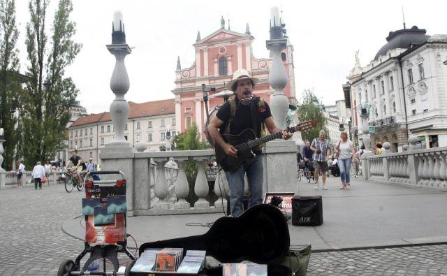 Na Stritarjevi in na Mestnem trgu nastopi uličnih umetnikov ne bodo več dovoljeni. FOTO: Mavric Pivk/Delo