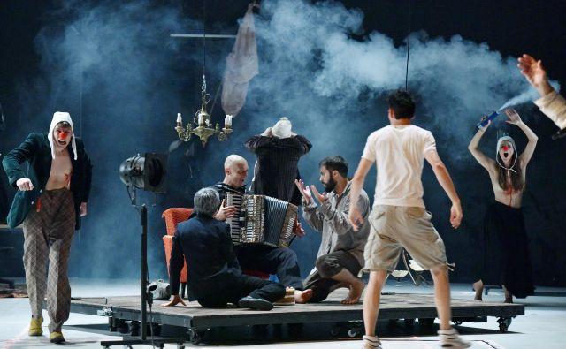 <em>Požige </em>Wajdija Mouawada<em></em>od tragedije in melodrame zanaša v spektakelskost, ki jo je užitek gledati. Foto Peter Uhan