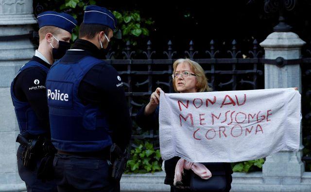 Vsake toliko se od nekod razleže vpitje, ker kdo ni hotel nositi maske, pa se je vnel kreg in so poklicali policijo in so se poskusili zmeniti, kdo ima bolj prav, kdo si izmišljuje. FOTO:Francois Lenoir/Reuters