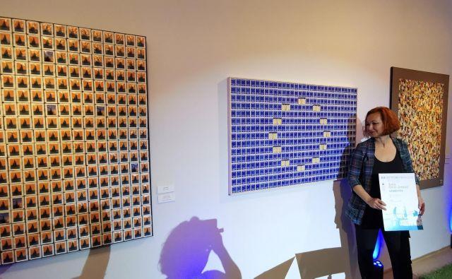 Renata Pentek Šimoković ob nagrajenem delu Insieme, united, united, Europe. Levo nagrajeno delo mlade Lare Papov iz Kranja, ki si je prislužila samostojno razstavo v galeriji Hermana Pečariča Piran. FOTO: Boris Šuligoj