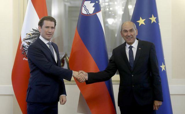 Sebastian Kurz je na novinarski konferenci med drugim povedal, da se v Avstriji v nasprotju s Slovenijo ne rokujejo več. FOTO: Blaž Samec/Delo
