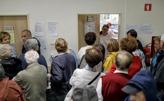 Gneče pred ordinacijo so preteklost, sedanjost je zasedenost tamkajšnjih telefonskih linij. FOTO: Blaž Samec/Delo