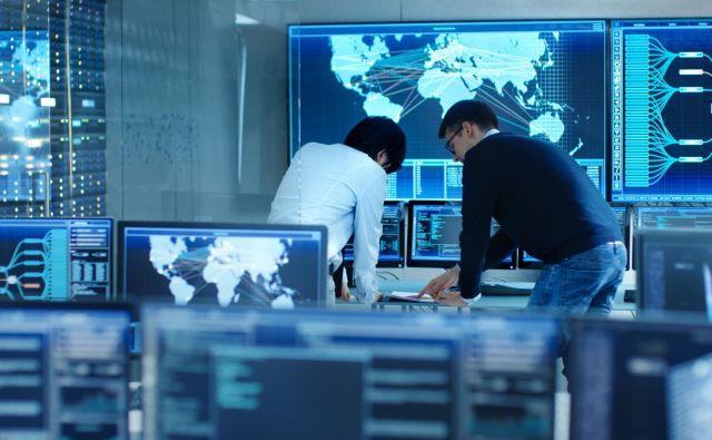 Kibernetski napadalci so v zadnjih letih prešli iz množičnega razširjanja virusov vsem uporabnikom v iskanje omrežij podjetij in javnih ustanov, ki niso popolnoma dobro zaščitena. FOTO: Gorodenkoff/Shutterstock
