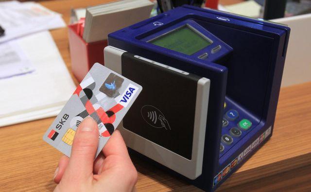 Mnogi se izogibajo nakupu, če ni mogoče plačilo s kartico. FOTO: Blaž Samec