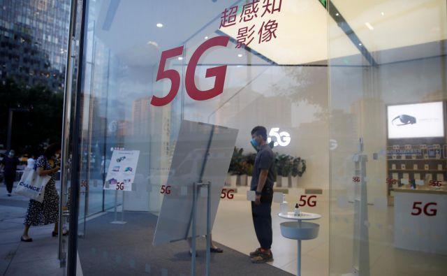 Tekma za obvladovanje tehnologije na področju 5G lahko prispeva k temu, da se bodo uveljavljene verige vrednosti pretrgale in preoblikovale.<br /> FOTO: Carlos Garcia Rawlins/Reuters