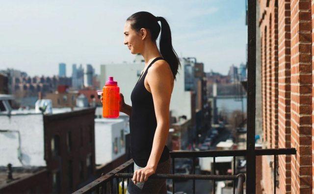 Da je mogoče povsem dostojno trenirati tudi v dnevni sobi, smo vedeli že dolgo pred izbruhom covida-19. FOTO: Shutterstock