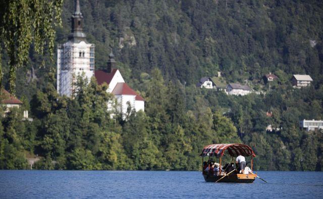 Blejsko jezero je med najbolj prepoznavnimi v Evropi, a ostaja po oceni Condé Nast Traveler še vedno razmeroma mirno. FOTO: Uroš Hočevar/Delo