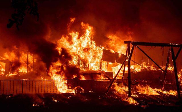 V požaru izginjajo hiše in otroška igrišča. FOTO: Josh Edelson/AFP
