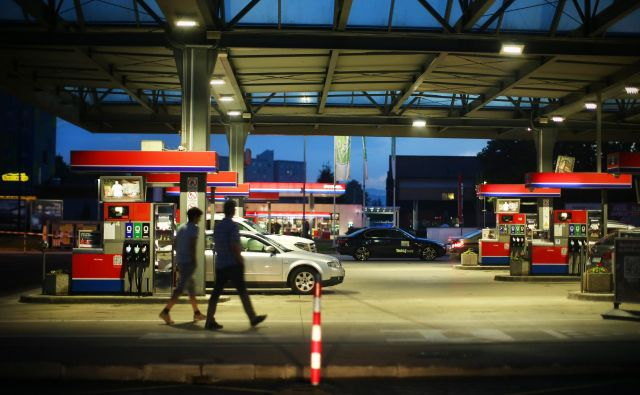 Če hoče država povečati delež električnih vozil na cestah, bi morala del davkov, pobranih od motornih vozil, preusmeriti v prilagoditev prometne infrastrukture. Foto Jure Eržen