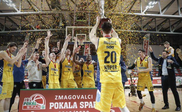 Ekipa Koper Primorske februarja letos med podelitvijo pokala po finalni tekmi pokala Spar s Cedevito Olimpijo. FOTO: Uroš Hočevar