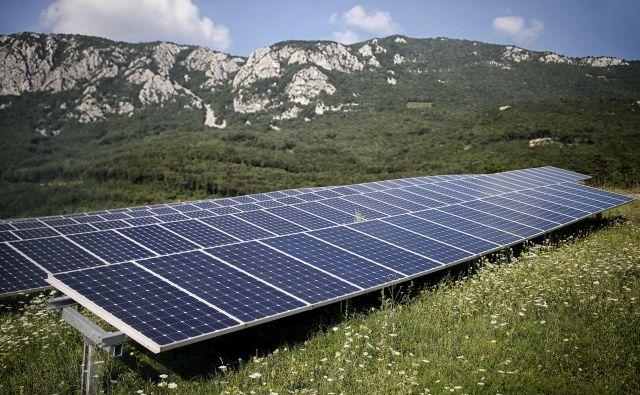 Slovenija, v kateri je bilo konec lanskega leta nameščenih 8038 sončnih elektrarn, naj bi v desetih letih delež obnovljiivh virov povečala zlasti na račun sončnih elektrarn. FOTO: Blaž Samec/Delo