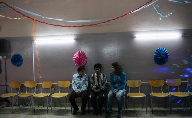 Namesto, da bi ob prejetih nagradah filme slavili, jim država blokira sredstva. (Na fotografiji prizor iz filma Oaza. FOTO: Arhiv Beneškega filmskega festivala
