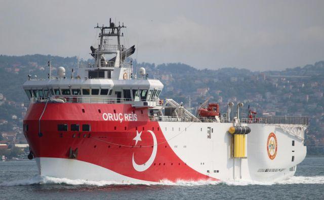 Spletni strani za sledenje plovilom <em>marinetraffic.com </em>in <em>vesselfinder.com </em>kažeta, da je turška ladja Oruc Reis za iskanje nafte in plina tik ob turški obali pri mestu Antalya. FOTO: Yoruk Isik/Reuters