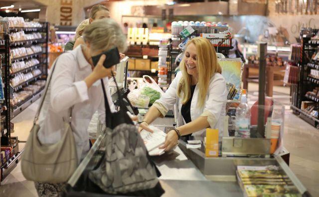 Delavcev v trgovini je premalo in niso dovolj plačani. FOTO: Leon Vidic/Delo