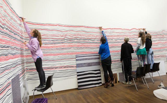 Rekonstrukcija Hundertwasserjeve <em>Neskončne črte</em> (Bazon Brock, Robert Fleck in študenti dunajske Univerze uporabnih umetnosti) za razstavo <em>Hundertwasser-Schiele: Imagine Tomorrow</em> Foto Leopoldov muzej, Dunaj/Lisa Rastl