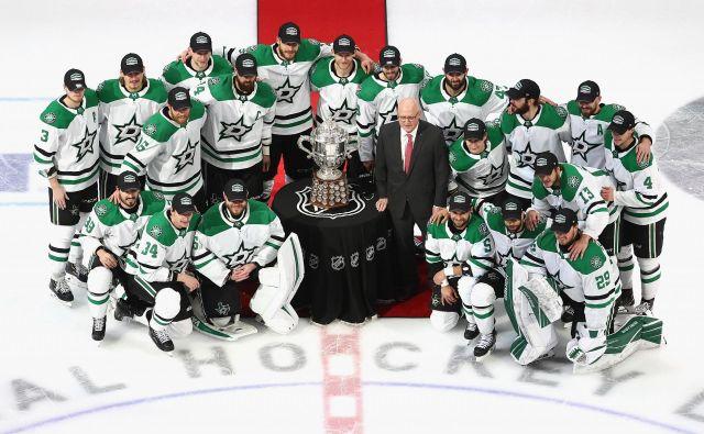 Hokejisti moštva Dallas Stars so se takole fotografirali s pokalom za končno zmagoslavje v zahodni konferenci NHL. FOTO: Bruce Bennett/AFP