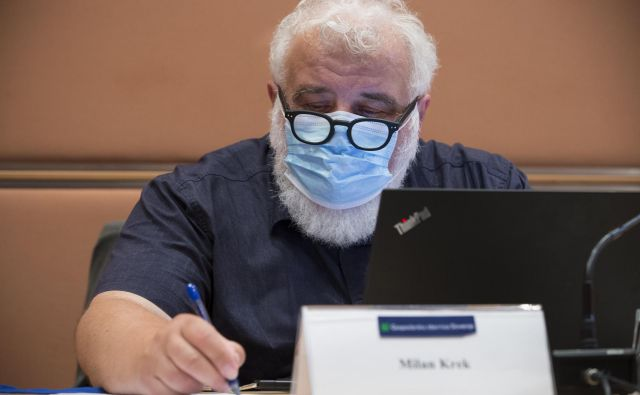 Ob taki bradi nobena maska ne nudi ustrezne zaščite. Foto Jure Eržen/Delo