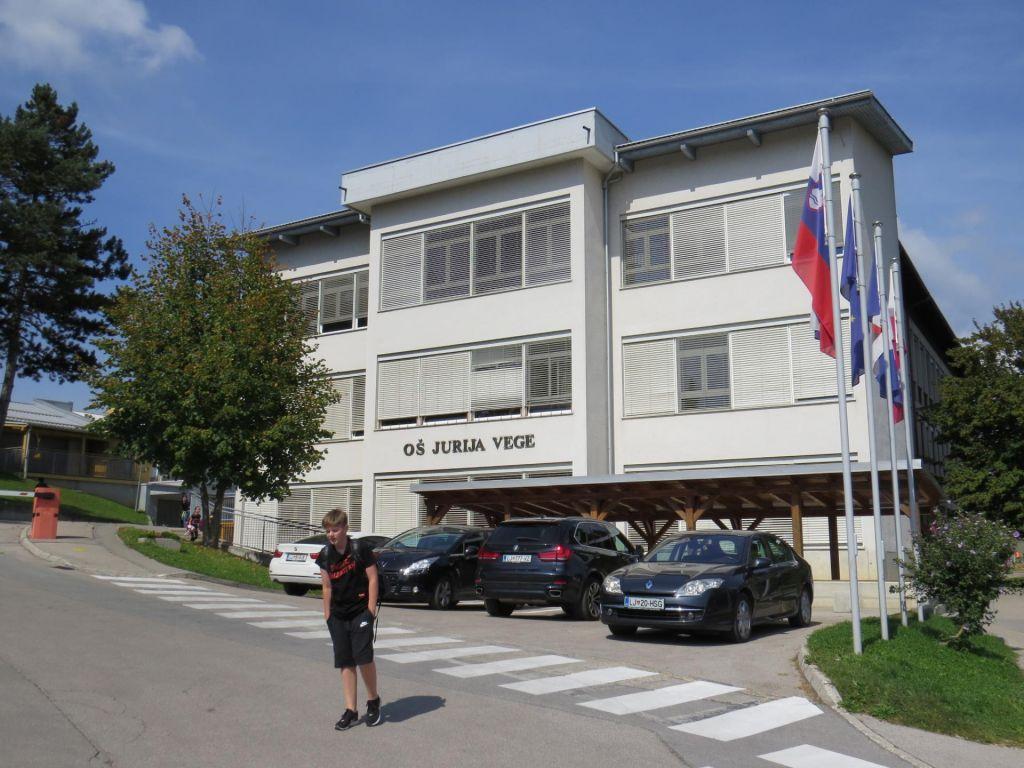FOTO:Osnovna šola Jurija Vege poka po vseh šivih