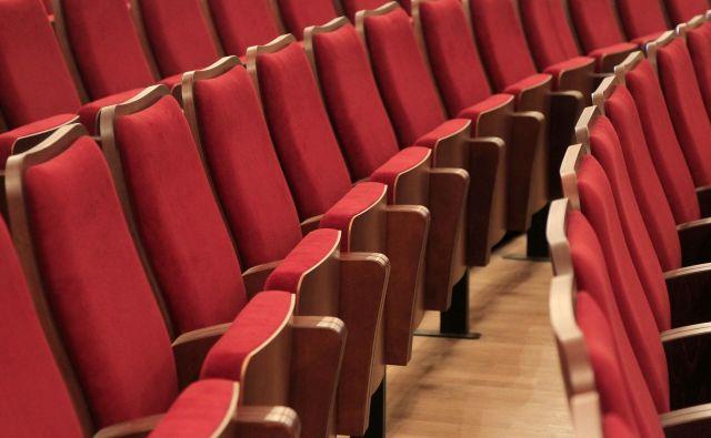 Predstave so razprodane, a dvorane morajo biti zaradi varnostnih ukrepov napol prazne. FOTO: Leon Vidic/Delo