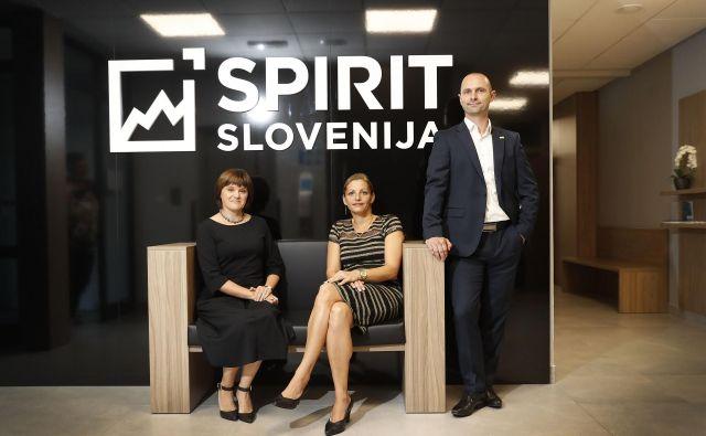 Spirit Slovenija izvaja veliko storitev na enem mestu za slovenske podjetnike in izvoznike, poudarjajo direktorica Ajda Cuderman (na sredini), Mateja Jarc, vodja sektorja za spodbujanje internacionalizacije, in Vid Habjan, vodja sektorja za spodbujanje tujih neposrednih investicij. FOTO: Leon Vidic/Delo