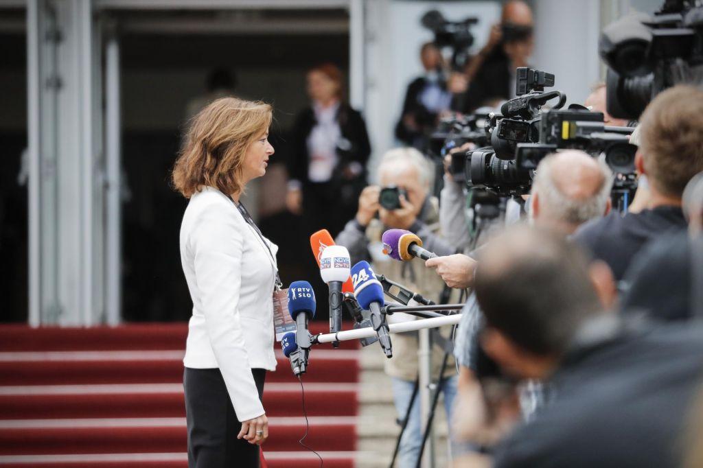 FOTO:S čim Tanja Fajon blokira Janeza Janšo