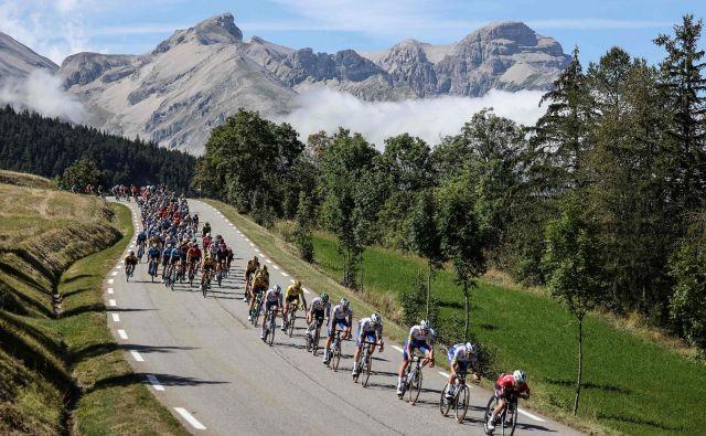 Ponujanje naravnih lepot razgibane Francije je del zgodbe o uspehu dirke. FOTO: Kenzo Tribouillard/AFP