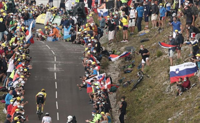 Takšna množica spremlja Tadeja Pogačarja in Primoža Rogliča na mestih, kjer je dovoljen dostop do proge. FOTO: Kenzo Tribouillard/AFP